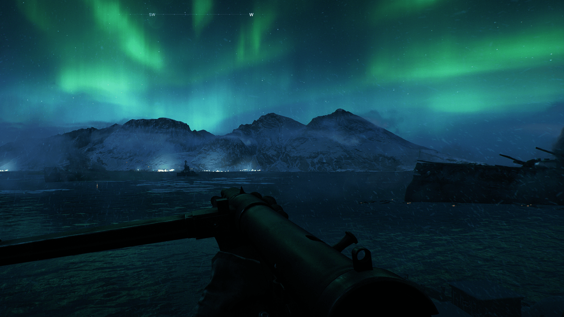 Blick aufs Meer mit Polarlicht am Himmel